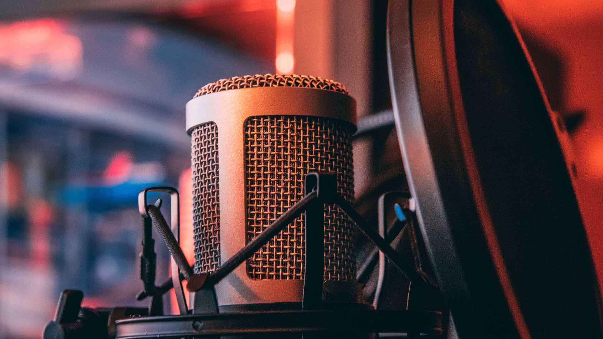 Los mejores programas y equipos para producir un podcast